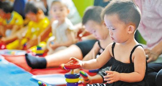 儿童都喜欢玩具,一件好的玩具可以起到启迪教育、开发智力的作用,玩具开拓了儿童的思维,激发孩子们的乐趣。现在出售的各式玩具还融进了声、光、电等现代科学技术。      随着新奇玩具的大量出现,噪音大的玩具,对婴幼儿的听力危害也越来越大。瑞典一家科研机构在一份报告中说,尽管目前还不能准确地测出婴幼儿对声音的灵敏度,但有证据表明,孩子们对声音的感应要比成年人灵敏。如果儿童玩具发出很大声响,就可能会给婴儿带来灾难性的后果。有些幼儿玩的冲锋枪、大炮、坦克车等玩具,在10厘米之内,噪音会达到80分贝以上。